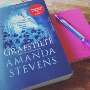 Grafstilte – Amanda Stevens